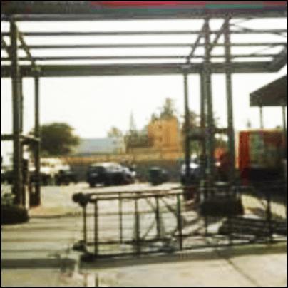 Das umgestürzte Gerüst am Arbeitsort mit geparkten Autos in unmittelbarer Nähe